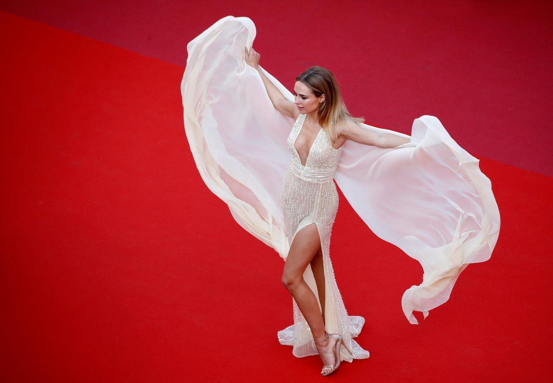 Kimberley Garner präsentiert auf dem Roten Teppich ihr wehendes Kleid.