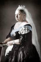 Nach Victoria, hier auf einer frühen, nachkolorierten Fotografie von ca. 1890, wurde nicht nur ein ganzes Zeitalter benannt,die Monarchin saß fast 64 Jahrenauf dem britischen Thron und damit nur wenige Jahre weniger alsihre Ururenkelin Elizabeth. Sie starb am 22. Januar 1901 undden Thron übernahm damit ihrältester Sohn, König Edward VII.