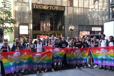 22. Mai 2019  Die Mannschaft des FC St. Paulis ist für ein Freundschaftsspiel gegen dieNew York Cosmos nach New York City gereist, doch neben dem Sport nutzt die Mannschaft ihren Aufenthalt auch, um eine politische Botschaft zu senden: Die Reisegruppe aus Hamburg posiertmit Regenbogenfahnen vor dem Trump Tower des US-amerikanischen Präsidenten Donald Trump -ein starkes Symbol gegen Homophobie und für Vielfalt und Toleranz.