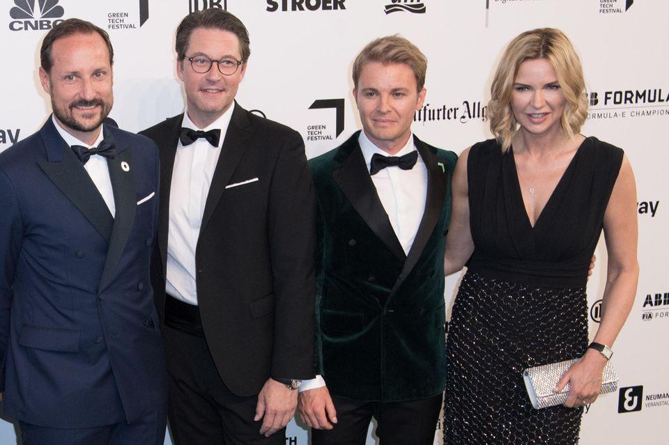 Kronprinz Haakon posiert auf dem grünen Teppich gemeinsam mit Andreas Scheuer, Nico Rosberg und Veronica Ferres. Alle vier scheinen bestens gelaunt und strahlen in die Kameras der anwesenden Fotografen.