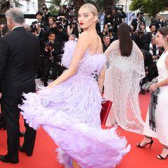 """Model Elsa Hosk schwingt sich für den Film """"Sibyl"""" über den roten Teppich."""