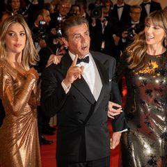 """Zur Filmvorstellung seines fünften """"Rambos"""" kommt Sylvester Stallone in Begleitung seiner zwei Goldstücke. Tochter Sistine und Ehefrau Jennifer schillern in ihren Kleidern ganz zauberhaft."""