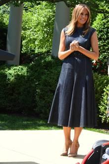 """Das Kleid in Midi-Länge ist die perfekte Wahl, um sich für ihre Initiative """"Be Best"""" stark zu machen. Mit der Aufklärungskampagne möchte sie gegen Cybermobbing und Drogenkonsum bei Jugendlichen arbeiten."""