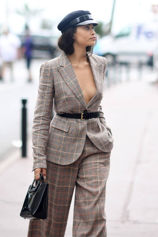 Shanina Shaik lässt auf den Straßen von Cannes tief blicken. Dass sie nichts unter ihrem Blazer trägt, ist schon ziemlich mutig.