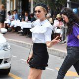 """""""Bonjour jolie!"""" Die amerikanische Schauspielerin Chloë Sevigny hat den französischen Chic schon raus. Mit Baskenmütze und Volant-Bluse stolziert sie durch Cannes."""