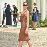 Apropos Leder: Olivia Culpo trägt ein wirklich hautenges Etui-Kleid und betont damit ihre schlanke Linie.