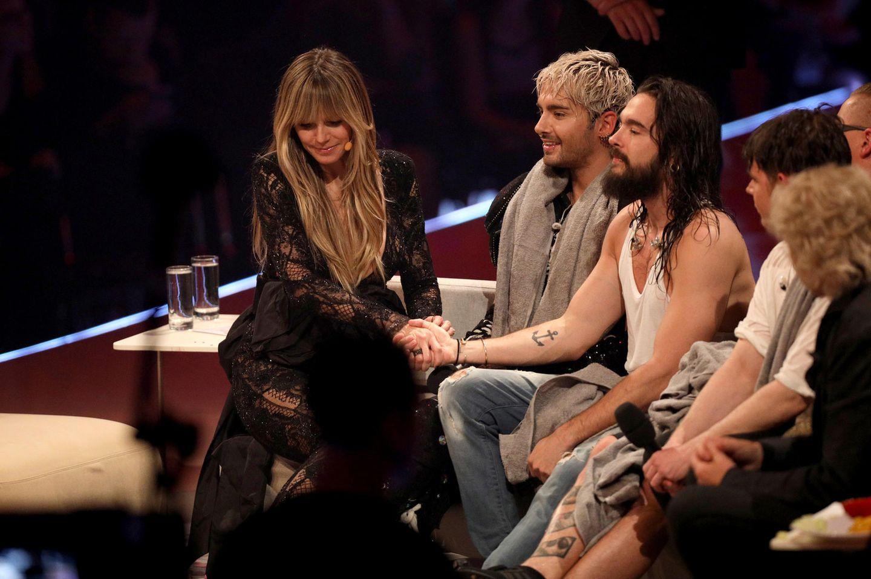 """23. Mai 2019  Selbst im Finale von GNTM sind Heidi Klum und Tom Kaulitz unzertrennlich. Nach einem Auftritt mit seiner Band """"Tokio Hotel"""" wird auf der Couch schnell wieder Händchen gehalten."""