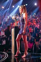 """Victoria Swarovski funkelte bei der letzten Live-Sendung von """"Let's Dance"""" mit der Discokugel um die Wette. Ihr Minikleid macht Eindruck, aber eigentlich sind die Schuhe das wahre Highlight des Looks. Die Moderatorin trägt auf diesem Foto Stilettos mit Perlenverzierung. Was ein Auftritt!"""