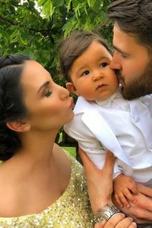 Küsschen von Mama und Papa: Der kleine Elija wird von seinen Eltern - Sila Sahin und Samuel Radlinger - von beiden Seiten mit Gesten der Lieb überrascht.