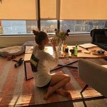 Viel gemütlicher sieht es hingegen im Wohnzimmer des Models aus. Ob vom Teppich oder vom Boden aus - von hier genießt man einen tollen Ausblick über New York City und kann sogar den Sonnenuntergang beobachten. Den besten Platz hat allerdings Hündin Ariana, die ihr Körbchen direkt am Fenster platziert bekommen hat.
