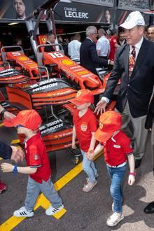25. Mai 2019  In der Boxengasse werden die Kids passend zu ihren Shirts mit Formel-1-Caps ausgestattet. Vor allem Jacques ist so neugierig, dass er sich direkt von der Truppe trennt und den Rennstall erkundet.