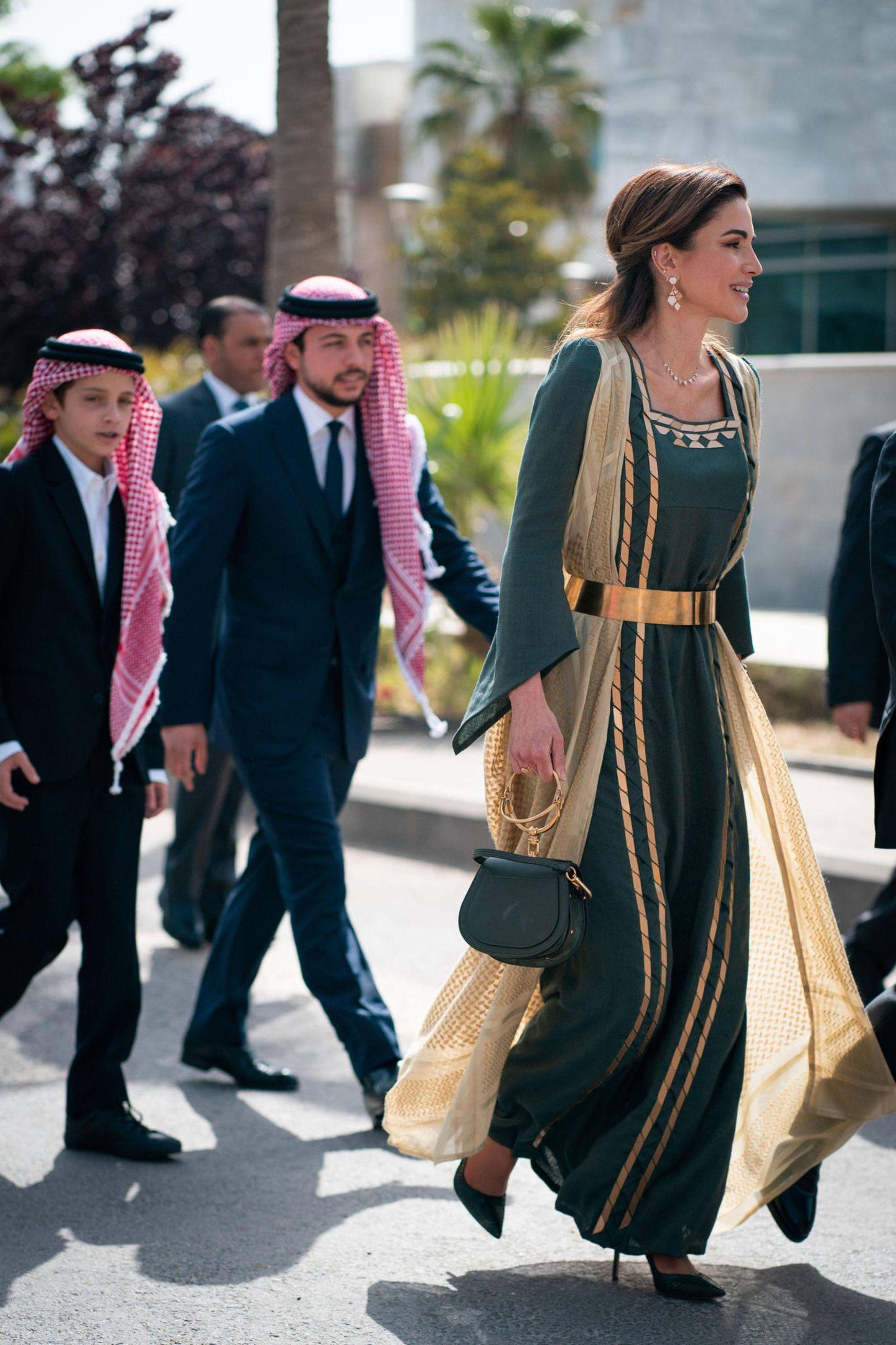 Hier trifft ein moderner Stil auf Tradition: Die Königin kombiniert schwarze Pumps und eine Tasche von Chloé zu dem eleganten Gewandt.