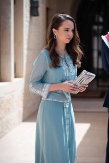 Prinzessin Salma von Jordanien kommt ganz nach ihrer schönen Mutter Königin Rania. Beim 73. Unabhängigkeitstag des Landes strahlt die 18-Jährige in einem hellblauen Kleid. Durch die leichte Welle im Haar sieht die junge Frau schon richtig erwachsen aus.