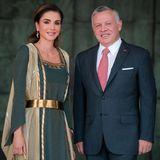 Wenn wir Bilder von Königin Rania von Jordanien sehen, sind wir immer ganz verzaubert. Heute feiert das Land seinen 73. Unabhängigkeitstag, weswegen sich das Königspaar ganz besonders in Schale geworfen hat.König Abdullah trägt einen Anzug, während Rania in einerdunkelgrünen Robe mitgoldenen Verzierungen begeistert.