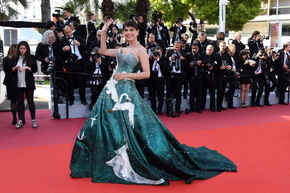 In einen wunderschönen Schwan hat sich Catrinel Marlon auf dem roten Teppich verwandelt. Ihre Couture-Robe von Gyunel gehört zu den Highlights der vergangenen Tage in Cannes.