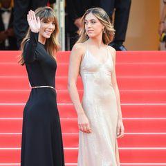 """Sistine und Mama Jennifer Stallone geben gemeinsam einen wundervollen Kontrast ab. Während die Tochter von """"Rambo""""-Star Sylvester Stallone in einem nude schimmernden Kleid von Ralph Lauren brilliert, setzt ihre Mutter auf eine schwarze Robe."""