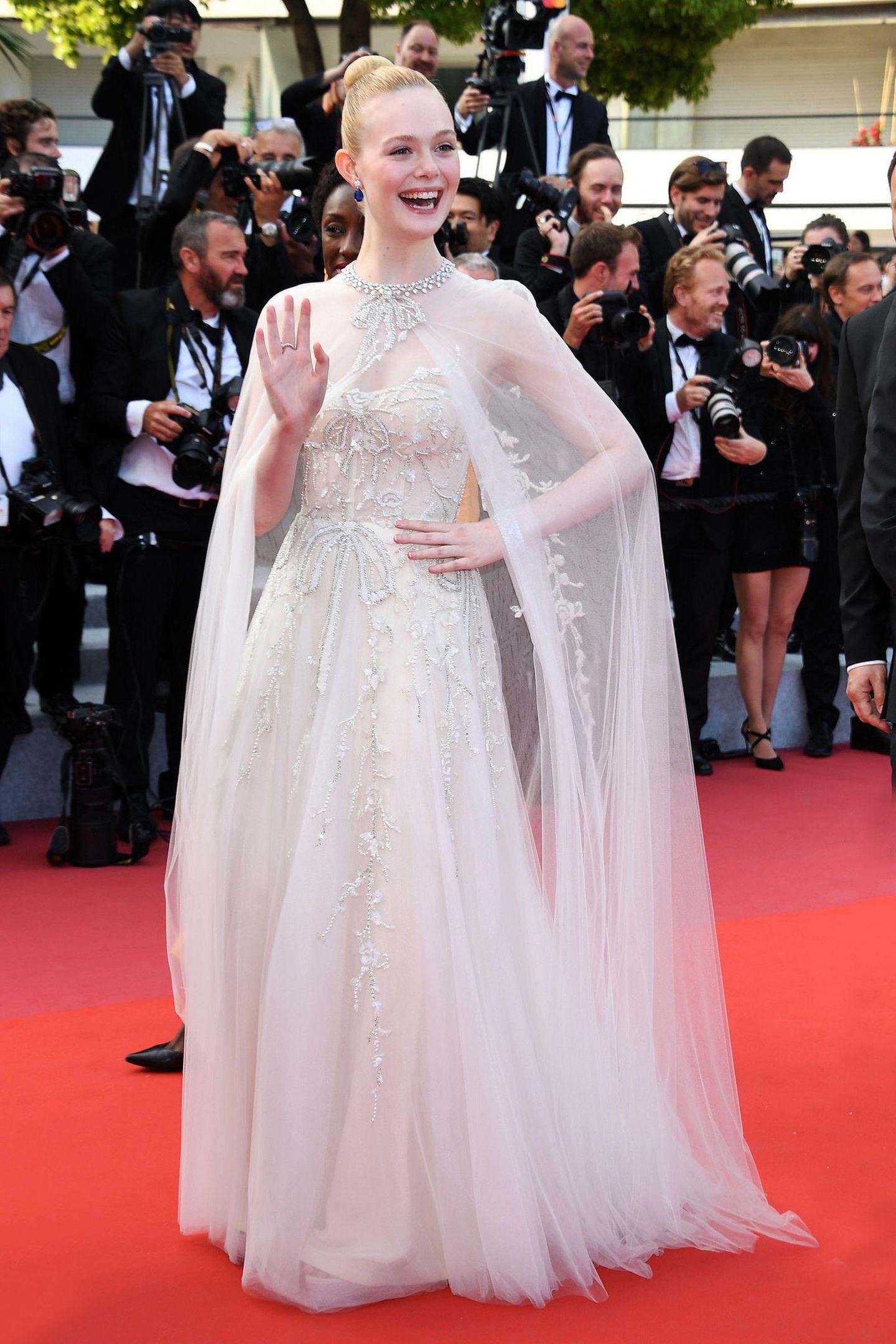 Der Designer Reem Acra versteht es, wundervolle Brautkleider zu kreieren. Kein Wunder also, dass Elle Fanning in einemseiner neuesten Entwürfe glatt vor den Traualtar treten könnte.