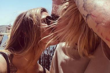 Auch wenn der Wind im Haar ihre Küsse zensiert, machen Sophia Thomalla und Joris Karius ihre Liebe ganz öffentlich und posten auf Instagram dieses Knutsch-Foto.