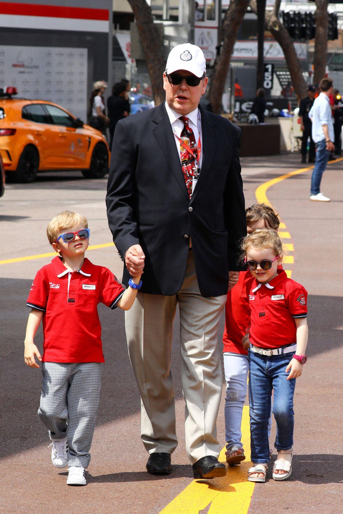 Beim Großen Preis von Monaco 2019 sind PrinzJacques und Prinzessin Gabriella mit ihrem Vater Albert in der Boxengasse unterwegs. Dem Anlass entsprechend sind sie in ihre roten Formel-1-Shirts geschlüpft.