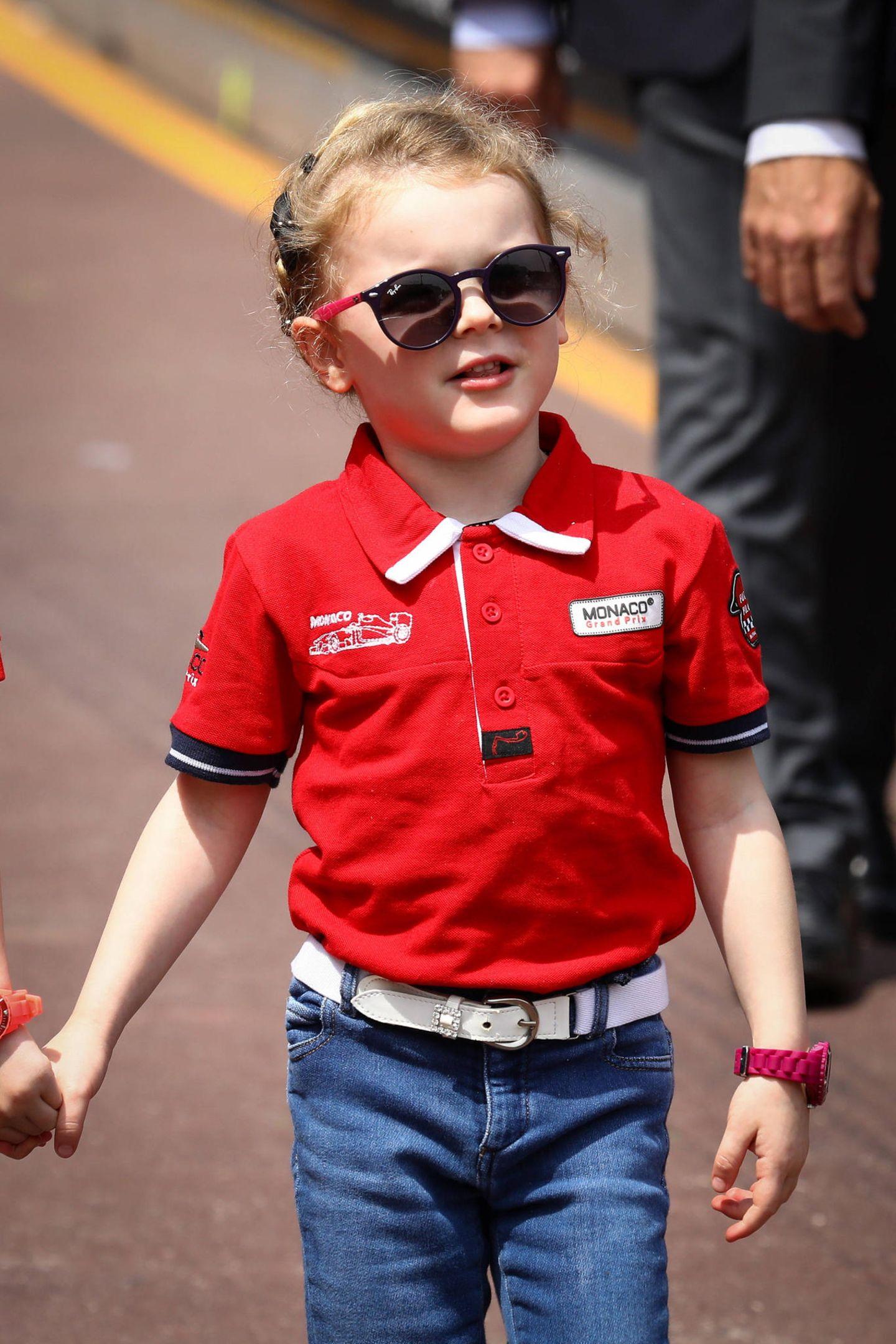Seine Schwester trägt ebenfalls Sonnenbrille und schützt sich hinter getönten Gläsern von Ray-Ban vor schädlichen UV-Strahlen. Eine einfache Jeans und eine pinkfarbene Armbanduhr (die Jacques übrigens in Blau trägt) runden ihren Style ab.