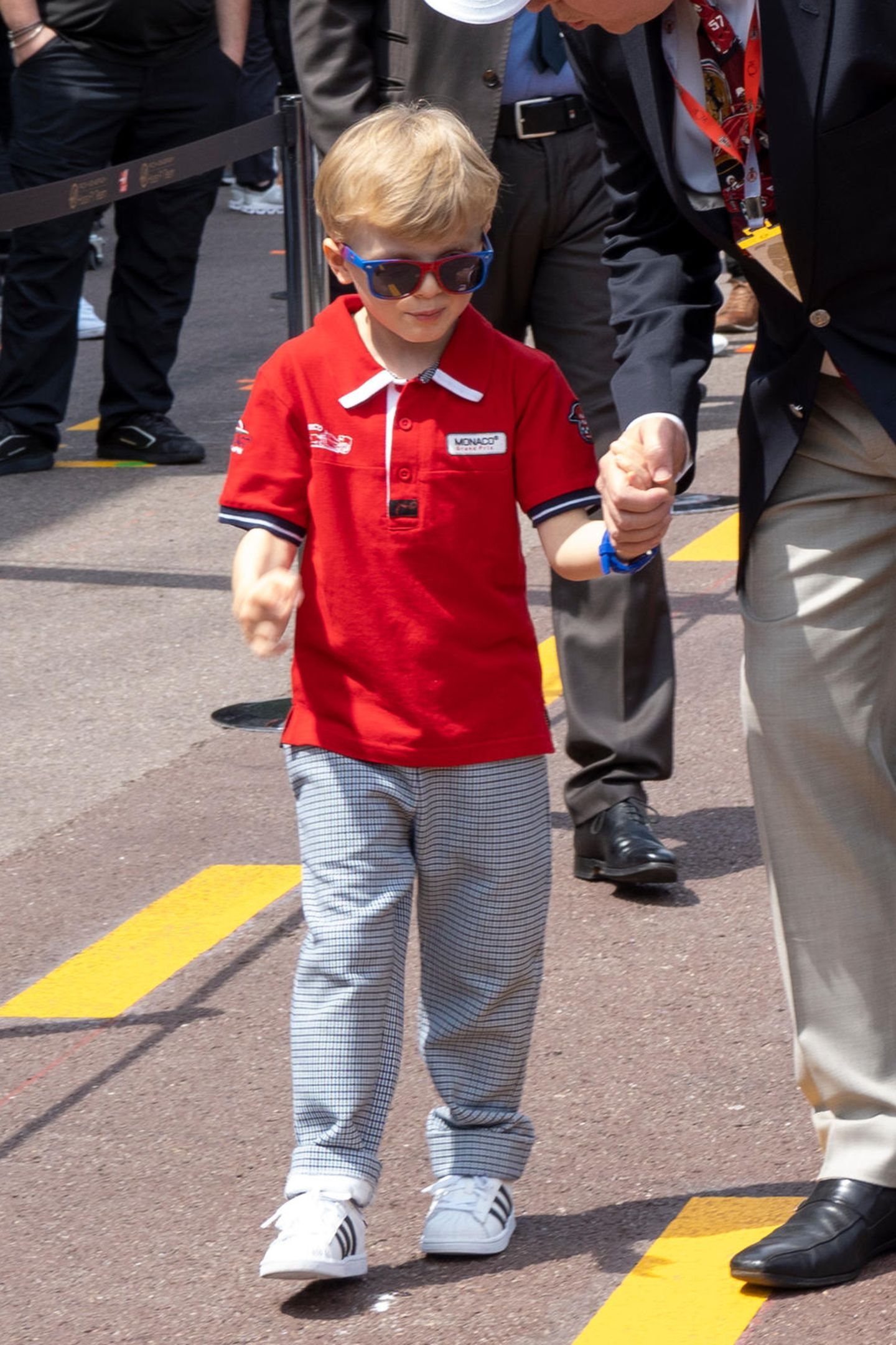 Zu dem Polo-Shirt mit weißen Patches trägt Prinz Jacques eine Karo-Hose sowie angesagte Sneaker von Adidas.