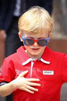 """Während der Look sicherlich die Idee seiner Mama, Fürstin Charléne, gewesen ist, muss sich Prinz Jacques seine Sonnenbrille selber ausgesucht haben. Das rot-blaue Modell ist von """"Spider Man"""" und damit ein süßes Kinder-Modell."""