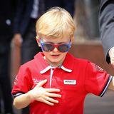 """Während der Look sicherlich die Idee seiner Mama, Fürstin Charlène, gewesen ist, muss sich Prinz Jacques seine Sonnenbrille selber ausgesucht haben. Das rot-blaue Modell ist von """"Spider Man"""" und damit perfekt für den kleinen Royal geeignet."""