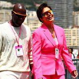 Kaum zu übersehen ist Kardashian-Mama Kris Jenner. Sie strahlt neben ihrem Freund,Corey Gamble, in einem neonpinken Anzug.