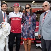 """Hohen-ja sogar hoheitlichen-Besuch bekommtKimi Räikkönen in seinem """"Alfa Romeo""""-Rennstall. Prinz Carl Philip und König Carl Gustaf von Schweden plaudern mit ihm und seiner Liebsten,Minttu Virtanen, ganz gelassen."""