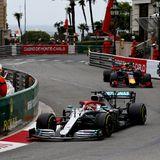 Das spektakuläre Rennen beginnt, Lewis Hamilton führt an.