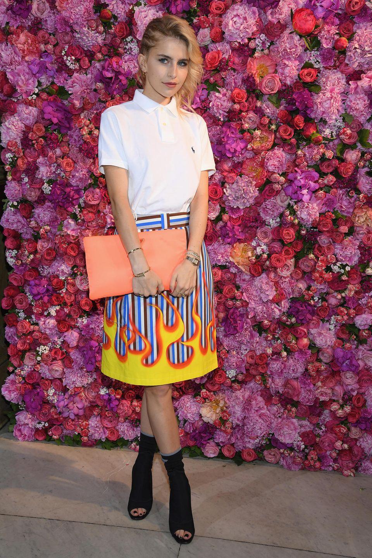 Caro Daur setzt ihre Outfits mit bunten Accessoires in Szene.