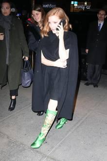 Jessica Chastain setzt ihre mit Drachen bestickten Gucci-Stiefel perfekt in Szene.