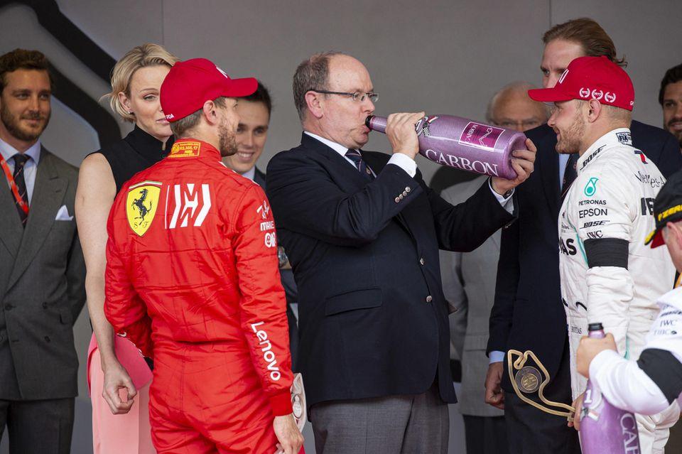 Prost! Nach dem spannenden Rennen genehmigt sich Fürst Albert einen großen Schluck Champagner aus der Flasche.