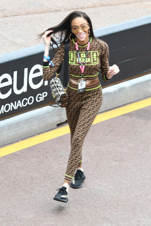 Jetzt aber schnell: Model Winnie Harlow ist auf dem Weg zu ihrem Platz.