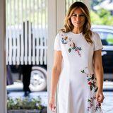 Melania Trump reist aktuell mit ihrem Mann Donald Trump durch Japan. In Tokio trägt sie einen coolen Luxuslook nach dem anderen. Ihr jüngster Look: Dieses traumhafte, weiße Midi-Kleid mit Blumenstickerei von Carolina Herrera. Bei Farfetch.com ist das Kleid aktuell für 6.644 Euro zu haben.