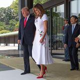 Zu dem hellen Look kombiniert die First Lady rote Pumps, die ein wirklicher cooler Eyecatcher zu diesem Look sind. Doch auch Melanias andere Luxuslooks können sich sehen lassen ...