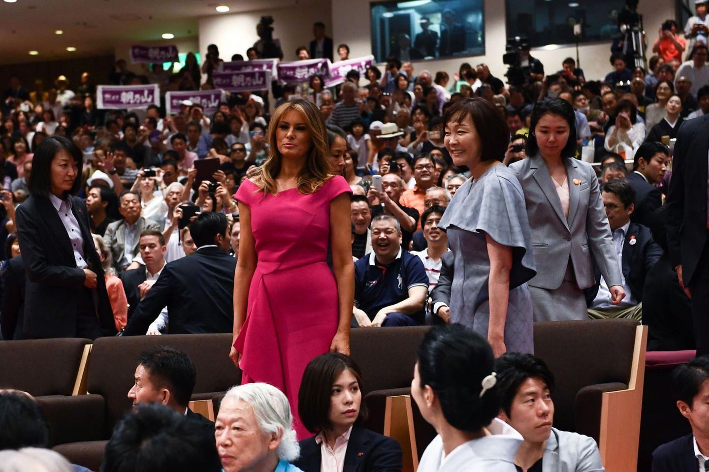 """Pretty in Pink: Gemeinsam mit Japans Premierminister, Shinzo Abe, und seiner Frau, Akie Abe, besuchen Melania und Donald Trump die """"Summer Grand Sumo Tournament"""" in Tokio und genießen im Anschluss ein traditionelles Dinner. Für diesen Anlass hat sich Melania für ein pinkfarbenes Kleid von Roland Mouret entschieden. Auch Herzogin Meghan besitzt dieses Modell namens """"Barwick"""" für knapp 1.580 Euro - allerdings in dunkelblau, die pinke Variante kostet um die 1.800 Euro."""