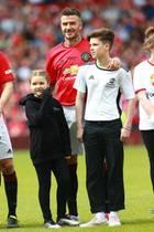 26. Mai 2019  Beim gemeinnützigen Treble Reunion Match von Manchester United gegen den FC Bayern München stehen Harper und Romeo Beckham gemeinsam mit Papa David auf dem Fußballplatz desOld-Trafford-Stadions in Manchester. ManU hat übrigens 5:0 gegen die Bayern gewonnen.