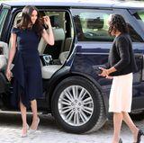 """Über ein Jahr ist es inzwischen her, dass Herzogin Meghan gemeinsam mit ihrer Mutter Doria am Cliveden House Hotel ankam. Es war der Tag vor ihrer großen Hochzeit mit Prinz Harry. Kein Wunder also, dass uns dieses Outfit von Herzogin Meghan ganz besonders im Kopf geblieben ist. Meghan trug ein dunkelblaues Kleid von Roland Mouret, Modell """"Barwick"""". Offenbar hat sich First Lady Melania Trump nun - über ein Jahr später - von Meghan inspirieren lassen ..."""