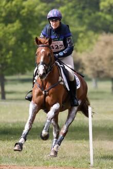 Die Liebe zu Pferden wurde Zara Tindall sozusagen in die Wiege gelegt: Ihre Mutter, Prinzessin Anne, sowieihr Vater, der bürgerlicheMark Phillips, sind beide Military-Reiter. Und auch ihre Großmutter,Queen Elizabeth, ist eine bekennende Pferdenärrin. Da ist es kein Wunder, dass die Enkelin der Queen auch eine international erfolgreiche Vielseitigkeitsreiterin ist.