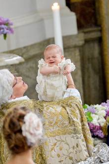 27. Mai 2019  Von Erzbischöfin Antje Jackela Weihwasser über den Kopf geträufelt zu bekommen, schien Oscar aber nicht gut zu gefallen. Schwester Prinzessin Estelle schaut ganz mitfühlend auf den schreienden Täufling.