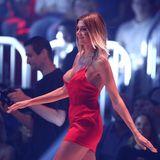 Mai 2018  Germany's Next Topmodel: Gerda Lewisbelegt in der Show Platz 17 und fällt vor allem durch ihre sexy Posen auf. Beim großen Umstyling wechselte sie abermals von der Blondine zur Brünetten. Im großen Finale läuft sie mit einemroten Mini-Dress über den Catwalk.