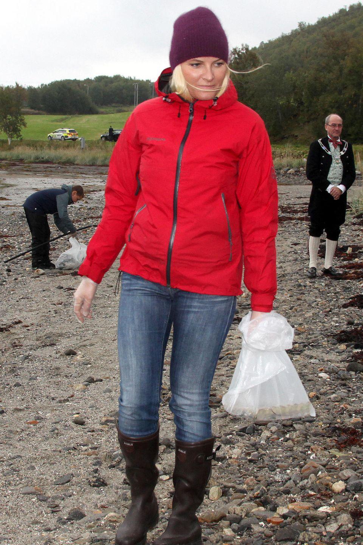 Zusammen mit einer Schulklasse sammelt Prinzessin Mette-Marit im norwegischenBogosen Müll auf.