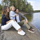 Prinzessin Sofia und Prinz Carl Philip zeigen ihrem Sohn Prinz Alexander die schützenswerte Landschaft in Södermanland, zu deren Herzog der Kleine erhoben wurde.