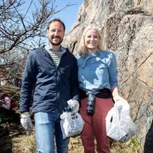 Bei der Reinigung von Risör machen Prinz Haakon und Prinzessin Mette-Marit eine gute Figur.