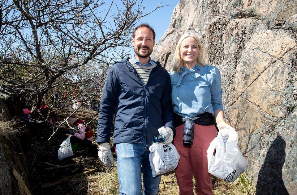 Bei der Reinigung vonRisørmachen Prinz Haakon und Prinzessin Mette-Marit eine gute Figur.