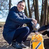 Am Weltwassertag füllt Prinzessin Victoria einen Kanister mit Trinkwasser.