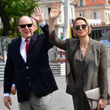 Einen Tag zuvor besuchen Fürstin Charlène und ihr Mann Albert von Monaco bereits das Formel 1 Gelände. Das Outfit der Fürstin ist dezenter - sie trägt einen olivfarbenen Overall mit passendem Blazer.