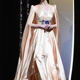 In zarten Pfirsich-Tönen bezauberte Elle bei der Eröffnungszeremonie der 72. Filmfestspiele in Cannes. Das Satin-Traumkleid mit Blüten-Applikation stammt aus dem Hause Gucci.