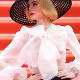 Von Haarstyling, Make-up bis zu den glitzernden Accessoires, an Elles Dior-Look ist einfach alles perfekt.